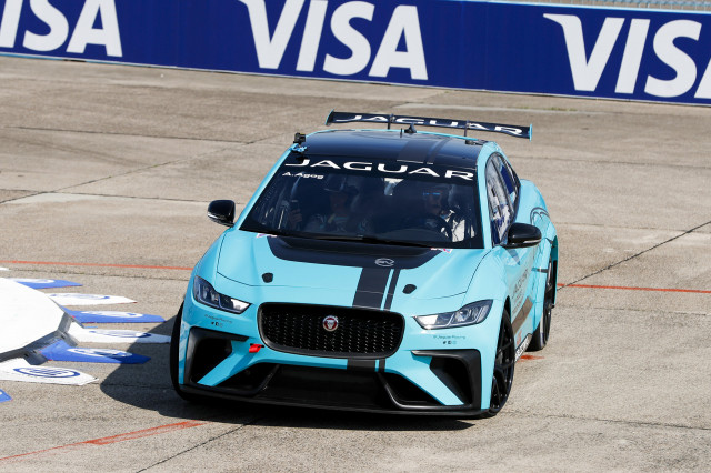jaguar-i-pace-etrophy-race-car-dynamic-debut-during-2018-formula-e-berlin-eprix_100652441_m