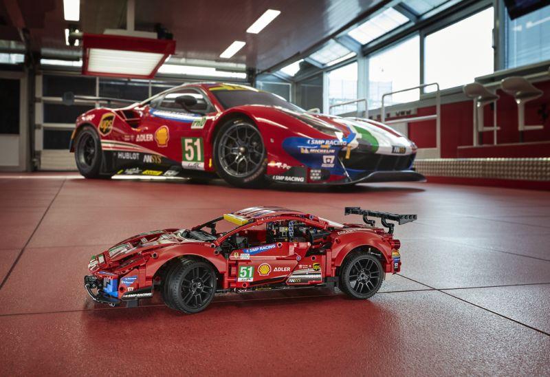 42125_LEGO Technic_Ferrari 488 GTE AF Corse_side by side