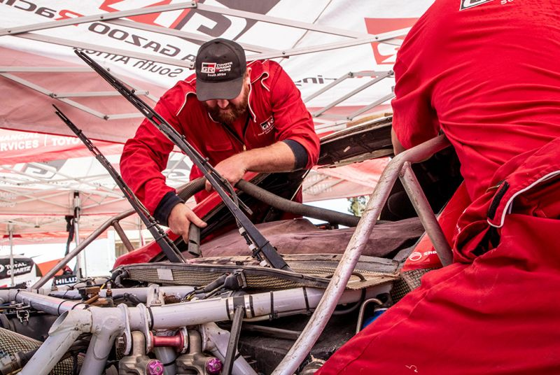 Toyota_Gazoo_Racing_Toyota_Hilux_Fernando_Alonso_Mark_Coma_2
